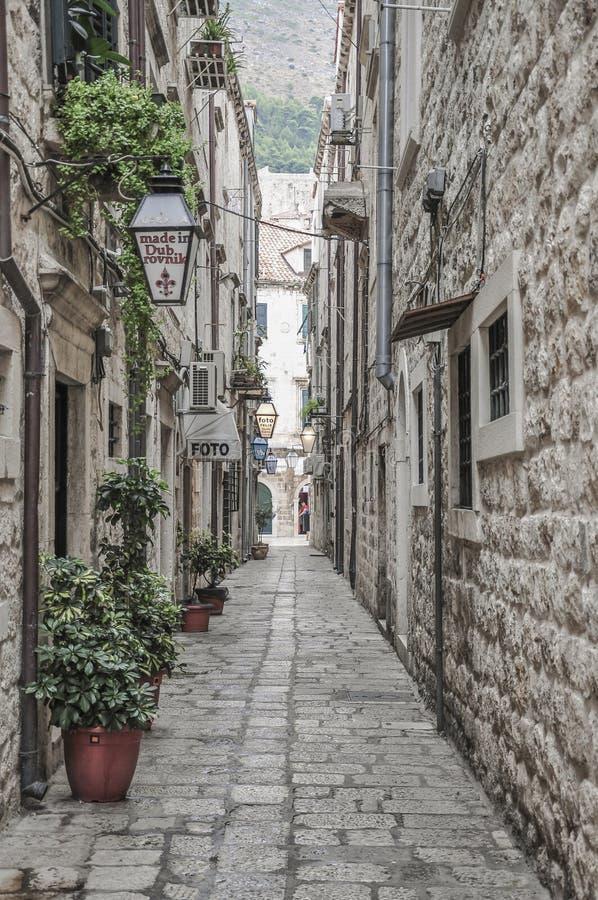Узкая улица внутри городка Дубровника старого в Хорватии стоковая фотография rf
