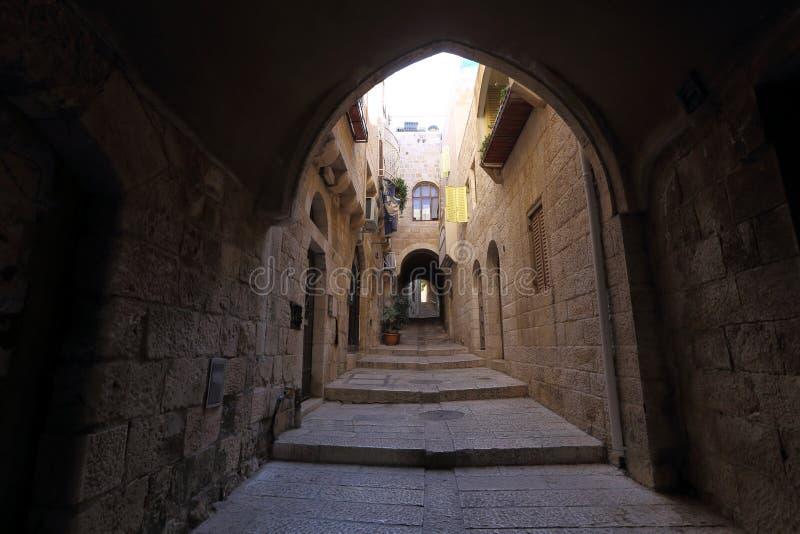 Узкая улица в еврейском квартальном Иерусалиме стоковое фото