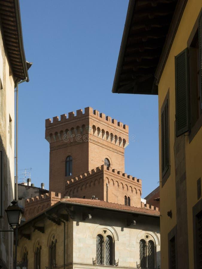 Узкая улица в старом городке Пизы, Тосканы Италии стоковая фотография