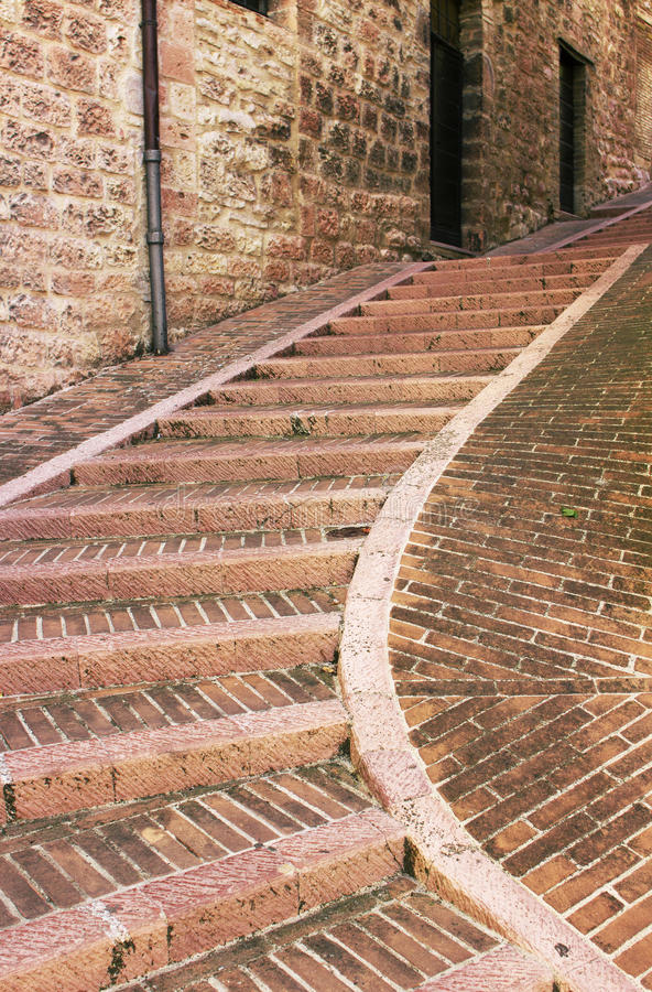 Узкая улица лестницы старого городка Assisi, Италии стоковые фото