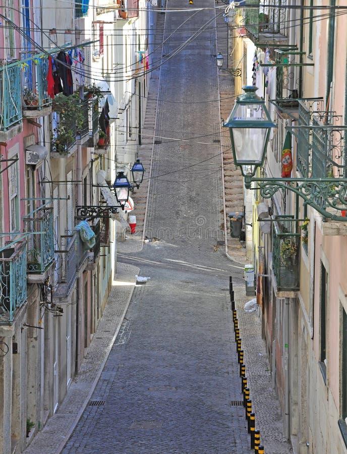 Узкая улица Лиссабона стоковые фотографии rf