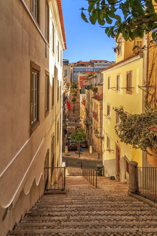 Узкая улица Лиссабона стоковые фото