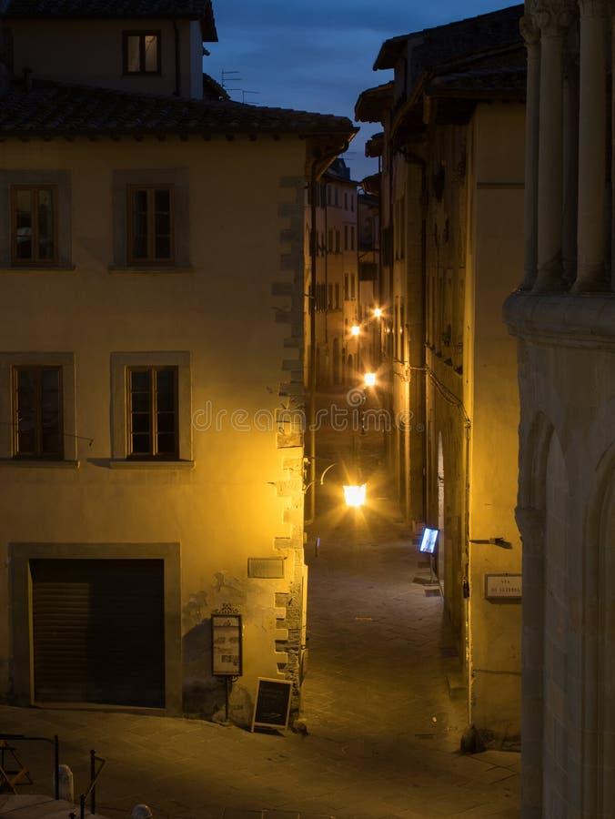 Узкая улица на ноче стоковое изображение rf
