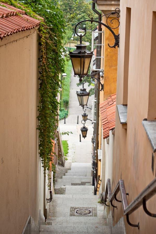 Download Узкая улица с лестницами и лампами Стоковое Фото - изображение насчитывающей green, декор: 37925036