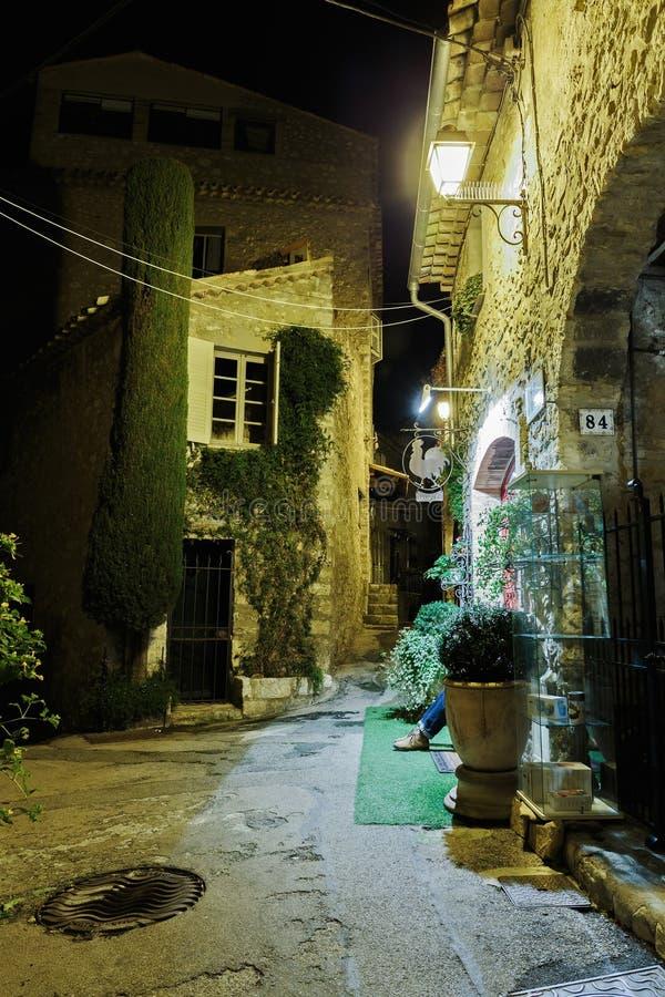 Узкая улица с цветками в старом городке Mougins в Франции Ni стоковое фото rf