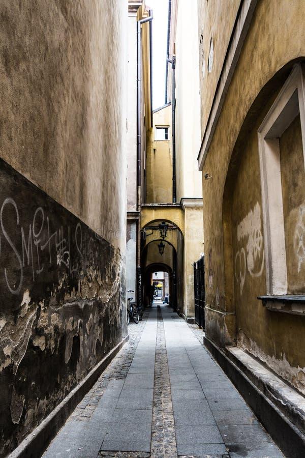 узкая улица стоковая фотография