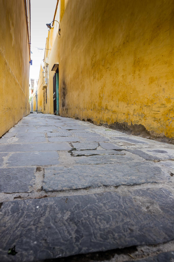 узкая улица стоковые фото