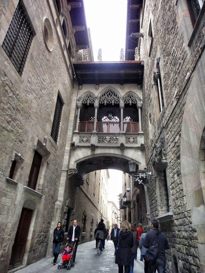 Узкая улица Carrer del Bisbe в готическом квартале, Барселоне, Испании стоковые изображения rf