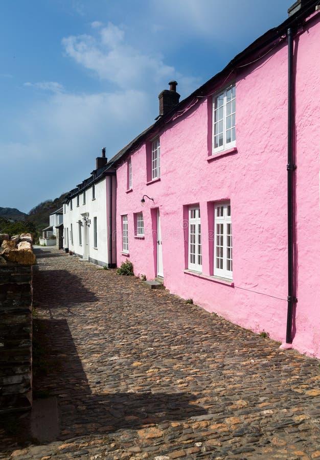 Узкие переулок или улица перед красочными коттеджами в Boscastl стоковые изображения rf