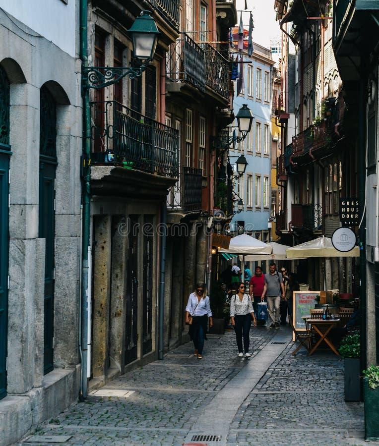 Узкий задний переулок в старом городке Порту, Португалии стоковые изображения