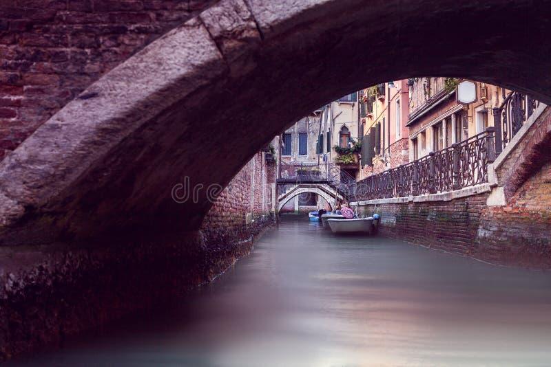 Узкий канал в Венеции стоковые фото