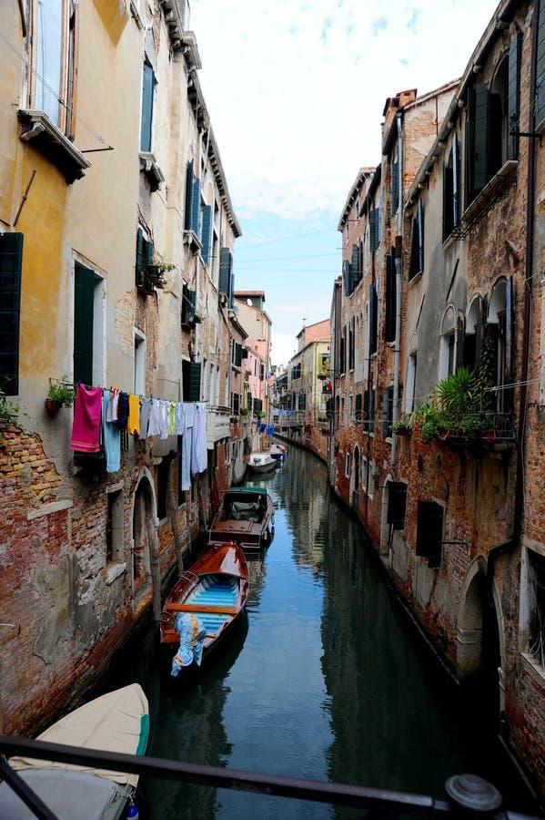 Узкий канал в Венеции Италии стоковое фото rf
