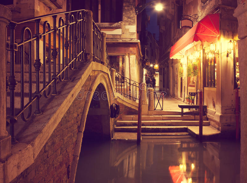 Узкий канал в Венеции на ноче, Италии стоковые изображения rf