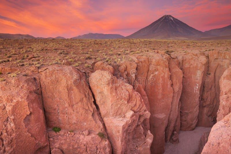 Узкий каньон и Volcan Licancabur, пустыня Atacama, Чили на su стоковые изображения