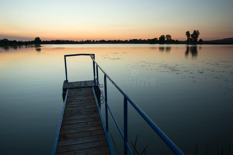 Узкий мост на озере стоковые фотографии rf