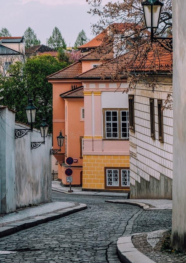 Узкий переулок между арендуемыми домами в Праге стоковые фотографии rf