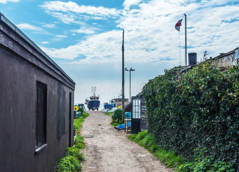 Узкий проход к удя гавани, на заднем плане кораблю a стоковая фотография