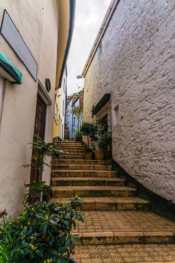 Узкий проход от задней части зданий в городке взморья, старом a стоковое фото rf