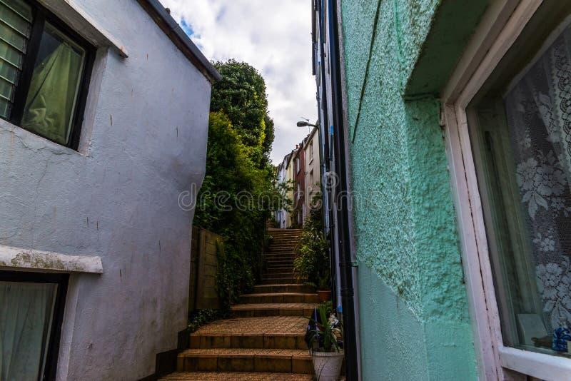 Узкий проход от задней части зданий в городке взморья, старом a стоковое фото