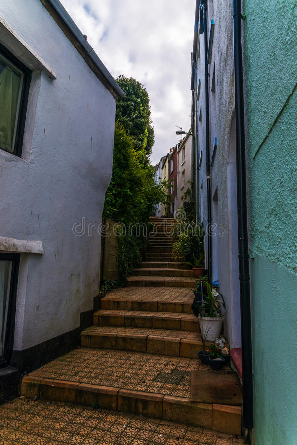 Узкий проход от задней части зданий в городке взморья, старом a стоковое изображение rf