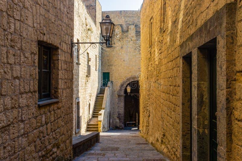 Узкий путь или улица между стенами зданий в Castel стоковые фото