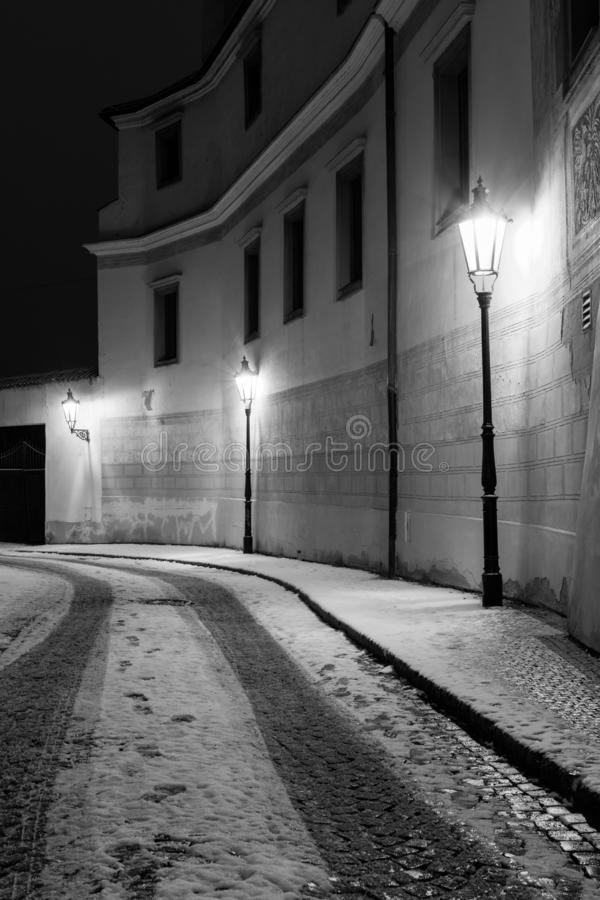 Узкий снег покрыл улицу в историческом городе Праги Пустой str стоковые фото