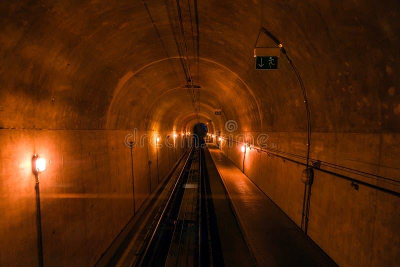 Узкий темный тоннель метро, железнодорожная перспектива в темноту стоковая фотография rf