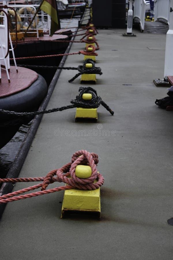 Узлы корабля на пристани стоковое изображение