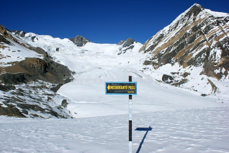 Указатель к перекресткам к пропуску Meshokanto, зоне Annapurna, Непалу стоковые фото
