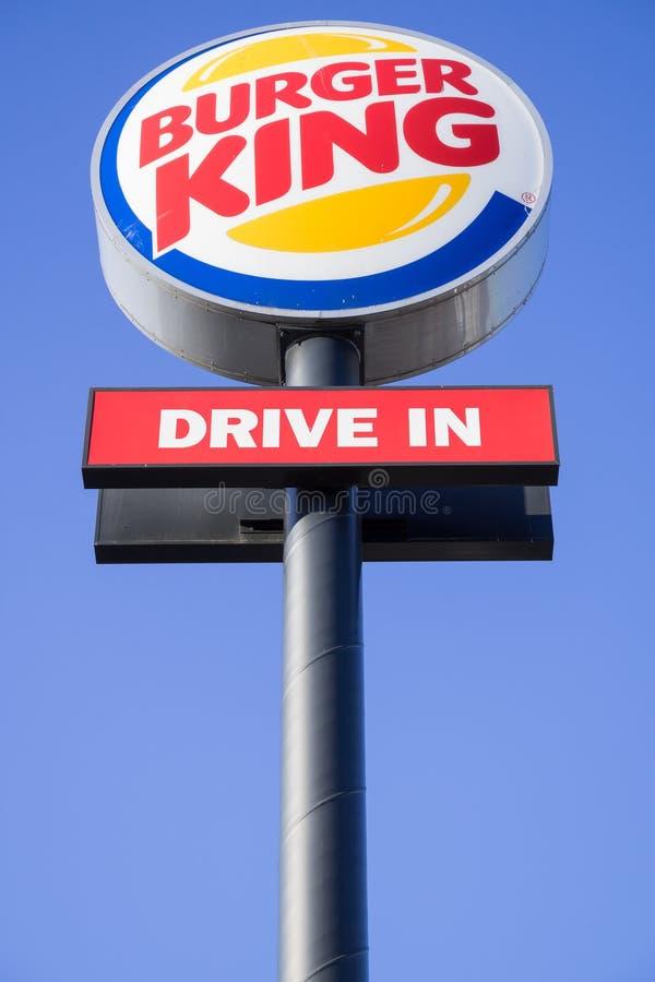 Указатель Burger King против голубого неба стоковое изображение