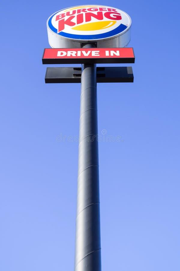 Указатель Burger King против голубого неба стоковые фотографии rf