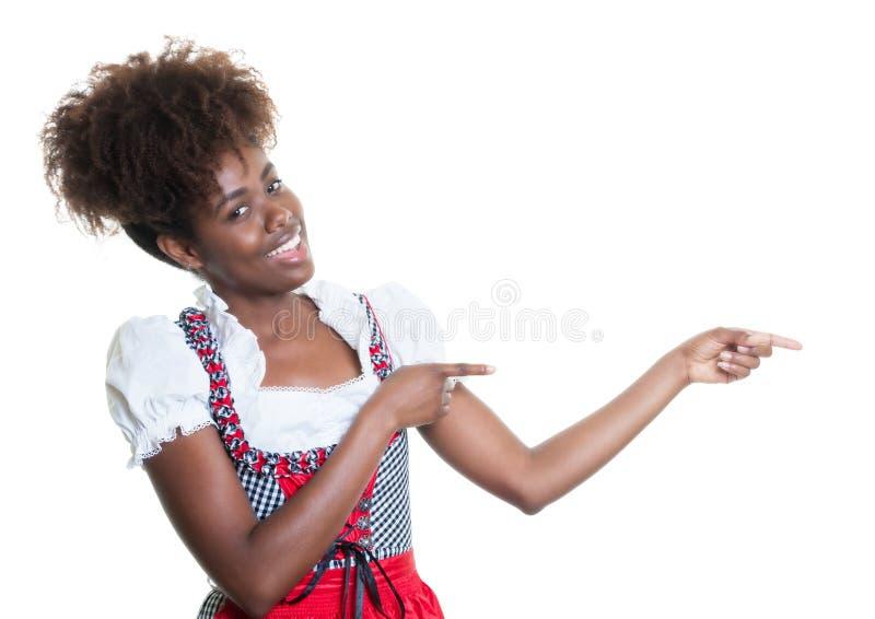 Указывать Афро-американская женщина с баварским oktoberfest платьем стоковое фото rf