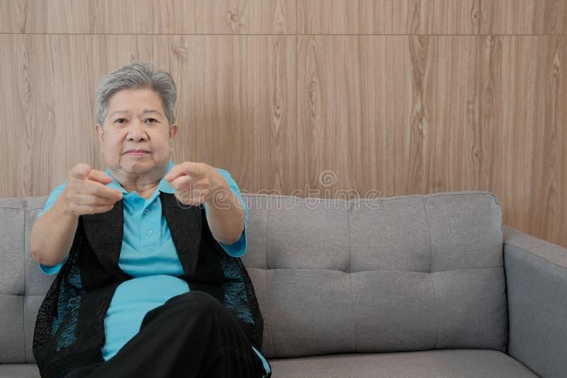 указывать старой пожилой женщины усмехаясь на камеру счастливый старший старший стоковое изображение