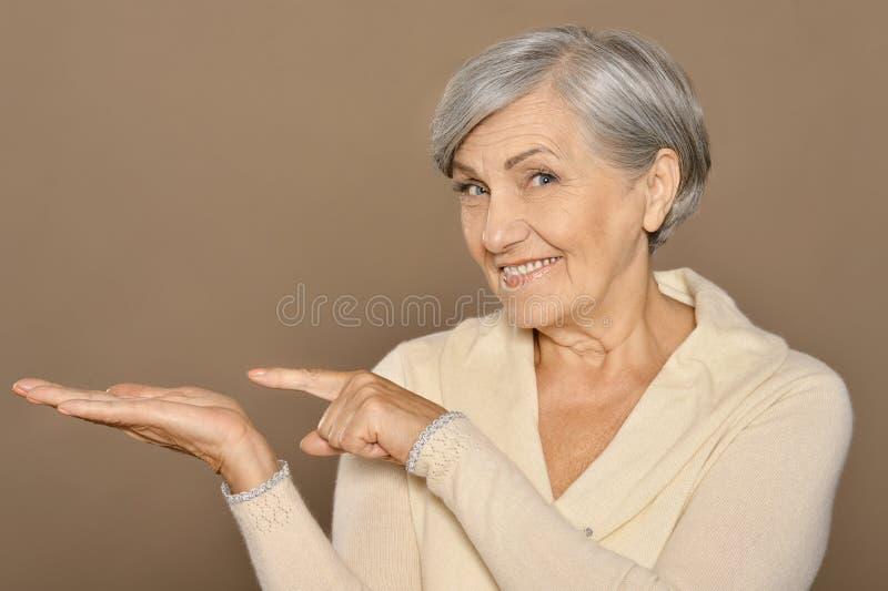 указывать старшая женщина стоковое изображение rf