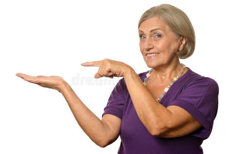указывать старшая женщина стоковые фотографии rf