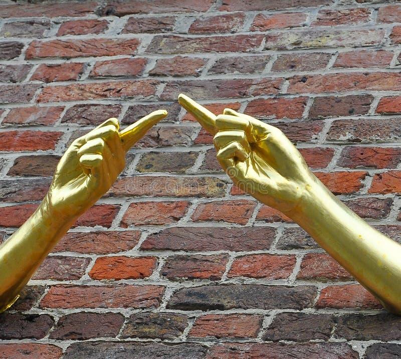 2 указывая золотых руки предлагая взаимодействие и взаимное уважение стоковые изображения
