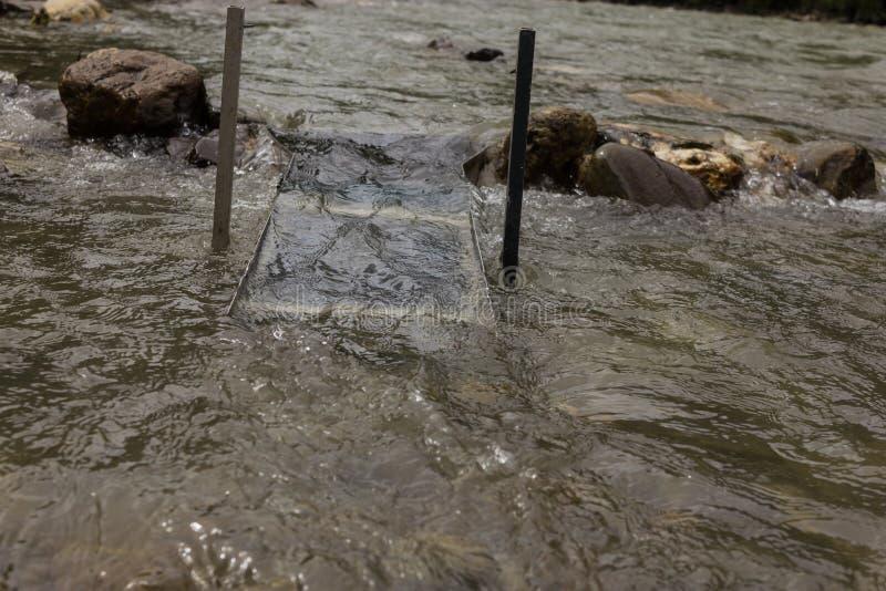Укладка в форме золота в реке с коробкой шлюза стоковые фотографии rf