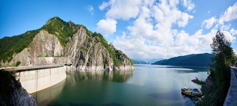 Укладывать рюкзак на озере Vidraru запруды в Румынии стоковая фотография