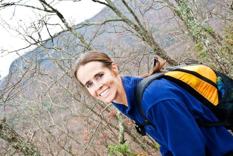 укладывая рюкзак женщина гор стоковое изображение rf