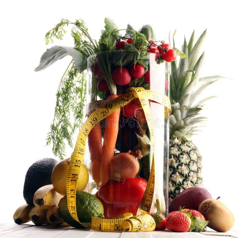 уклад жизни принципиальной схемы здоровый измеряя лента резвится оборудование фитнеса и здоровые еда и сок (фрукты и овощи, dumbe стоковое изображение
