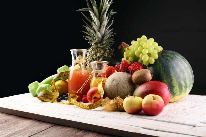 уклад жизни принципиальной схемы здоровый измеряя лента резвится оборудование фитнеса и здоровые еда и сок (фрукты и овощи, dumbe стоковые изображения