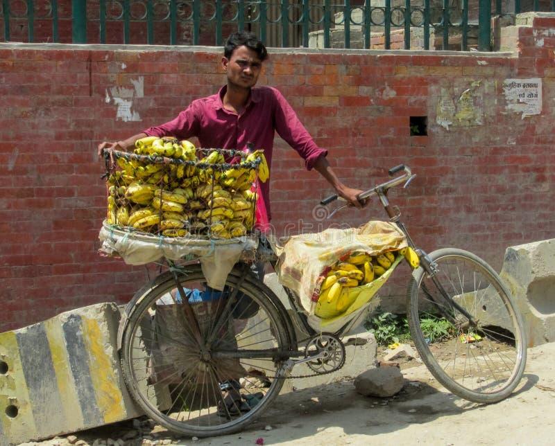 Укомплектуйте личным составом бананы надувательства с велосипедом в Непале стоковая фотография rf