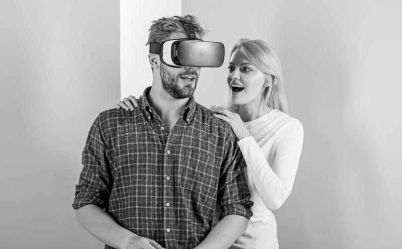 Укомплектуйте личным составом видеоигру VR включили стеклами, который пока попытка девушки для того чтобы проспать он вверх Симпт стоковые фотографии rf