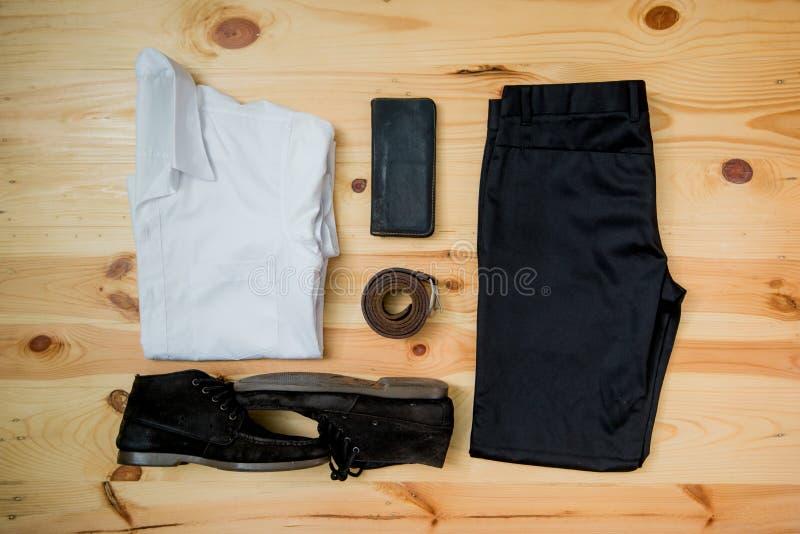 укомплектуйте личным составом вскользь деревянный стол аксессуаров моды обмундирований, (рубашка, демикотон стоковое изображение