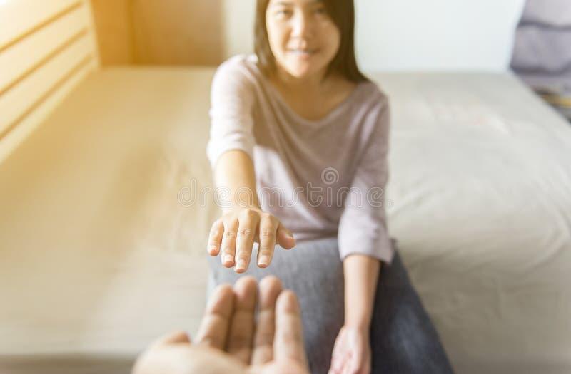 Укомплектуйте личным составом давать руку к подавленной женщине, как делать новый старт и любить, умственная концепция здравоохра стоковое фото