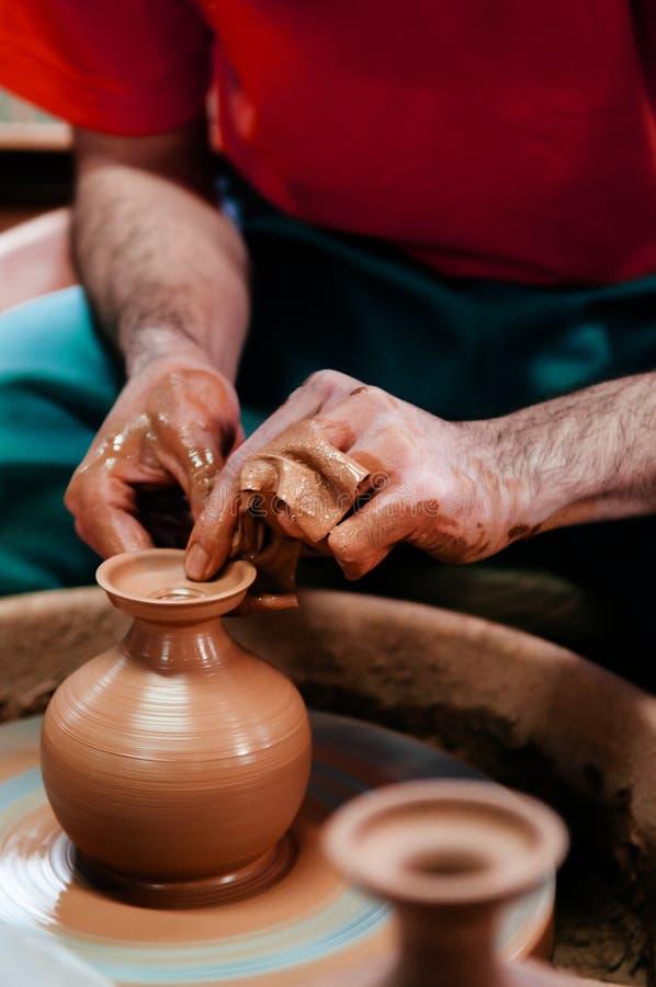 Укомплектуйте личным составом делать искусство гончарни, конец работы глины вверх по съемке съемки рук стоковое изображение rf