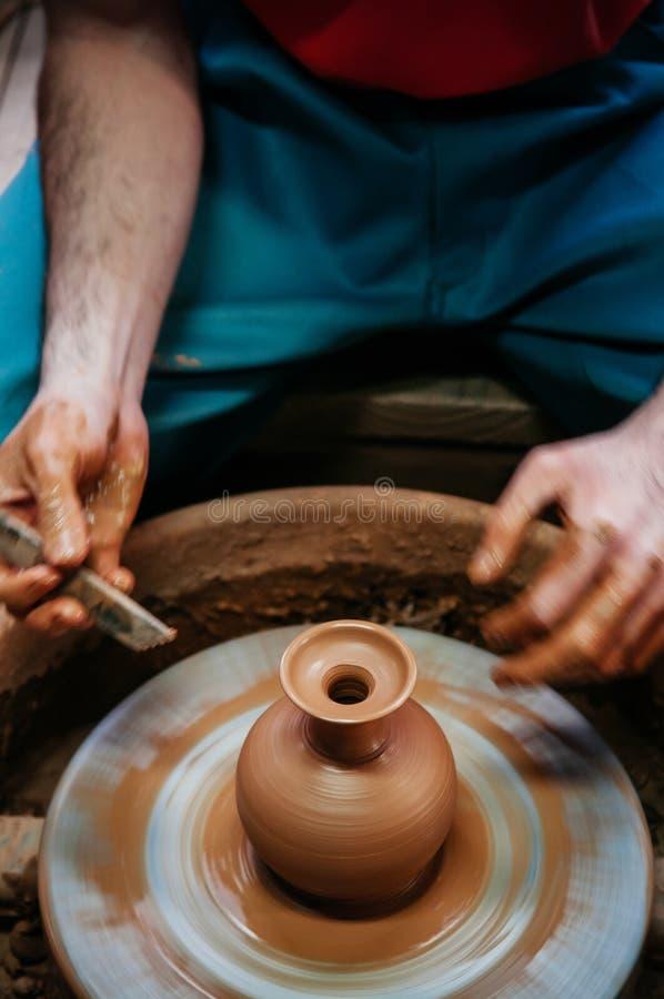 Укомплектуйте личным составом делать искусство гончарни, конец работы глины вверх по съемке рук стоковые изображения rf
