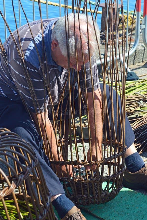 Укомплектуйте личным составом делать ручной работы плетеные корзины на фестивале рыб Newlyn стоковые фото