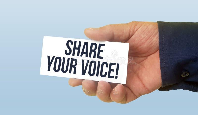 Укомплектуйте личным составом держать белую визитную карточку с долей текста ваш голос стоковое фото