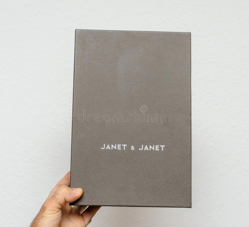 Укомплектуйте личным составом держать картонную коробку итальянки Джанета & Джанета стоковое фото rf